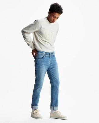Herren Outfits 2020: Erwägen Sie das Tragen von einem grauen bestickten Langarmshirt und hellblauen Jeans für einen entspannten Wochenend-Look. Vervollständigen Sie Ihr Look mit hellbeige Segeltuch niedrigen Sneakers.