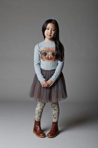 Wie kombinieren: graues bedrucktes Langarmshirt, grauer Tüllrock, dunkelbraune Stiefel aus Leder, hellbeige Strumpfhose