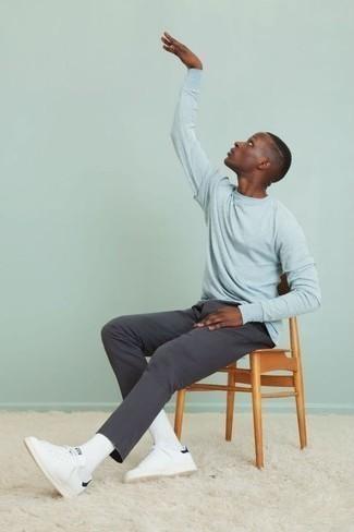 Dunkelgraue Chinohose kombinieren: trends 2020: Paaren Sie ein hellblaues Langarmshirt mit einer dunkelgrauen Chinohose für ein sonntägliches Mittagessen mit Freunden. Komplettieren Sie Ihr Outfit mit weißen Leder niedrigen Sneakers.
