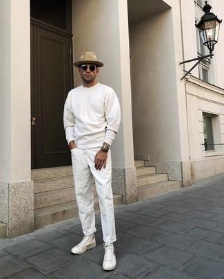 Weiße Jeans kombinieren – 500+ Herren Outfits: Tragen Sie ein weißes Langarmshirt und weißen Jeans für ein sonntägliches Mittagessen mit Freunden. Fühlen Sie sich ideenreich? Wählen Sie weißen bedruckten hohe Sneakers aus Segeltuch.