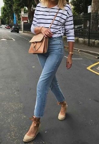 Wie kombinieren: weißes und dunkelblaues horizontal gestreiftes Langarmshirt, hellblaue Jeans, hellbeige Keilsandaletten aus Segeltuch, beige Leder Umhängetasche