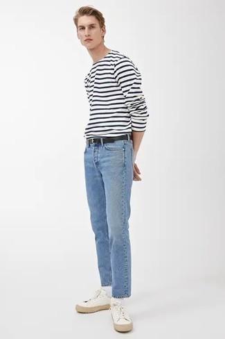 Hellblaue Jeans kombinieren – 500+ Herren Outfits: Ein weißes und dunkelblaues horizontal gestreiftes Langarmshirt und hellblaue Jeans sind das Outfit Ihrer Wahl für faule Tage. Weiße Segeltuch niedrige Sneakers fügen sich nahtlos in einer Vielzahl von Outfits ein.