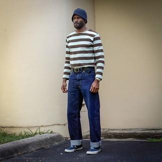 Fischerhut kombinieren – 437 Herren Outfits: Entscheiden Sie sich für ein mehrfarbiges horizontal gestreiftes Langarmshirt und einen Fischerhut für einen entspannten Wochenend-Look. Fühlen Sie sich ideenreich? Komplettieren Sie Ihr Outfit mit dunkelblauen und weißen Segeltuch niedrigen Sneakers.