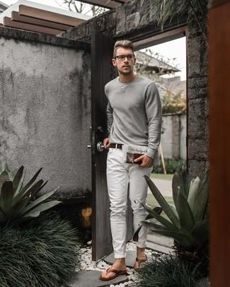 Zehensandalen kombinieren – 129 Herren Outfits: Vereinigen Sie ein graues Langarmshirt mit weißen Jeans für ein großartiges Wochenend-Outfit. Fühlen Sie sich mutig? Wählen Sie Zehensandalen.