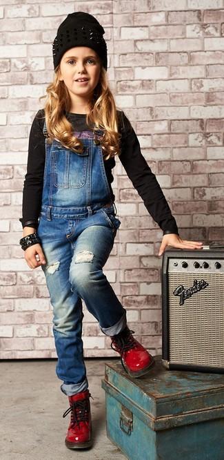 Wie kombinieren: schwarzes bedrucktes Langarmshirt, blaue Jeans Latzhose, rote Stiefel aus Leder, schwarze Mütze