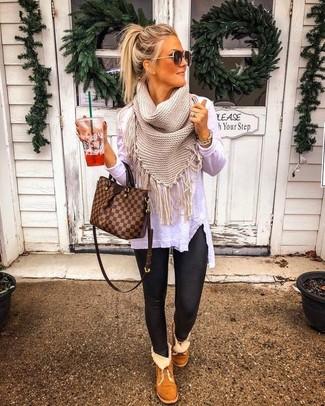 Wie kombinieren: weißes Langarmshirt, schwarze Lederleggings, braune Ugg Stiefel, braune Shopper Tasche aus Leder mit Karomuster