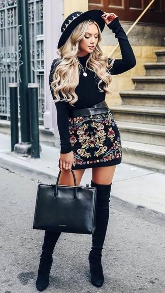 Wie kombinieren: schwarzes Samt Langarmshirt, schwarzer bestickter Minirock, schwarze Overknee Stiefel aus Wildleder, schwarze Shopper Tasche aus Leder