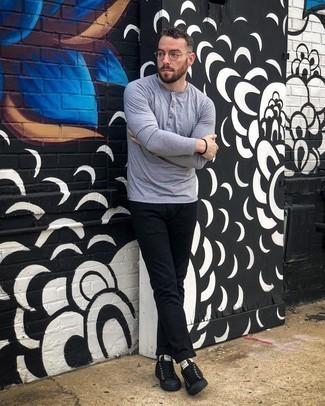 Schwarze Segeltuch niedrige Sneakers kombinieren – 766+ Herren Outfits: Entscheiden Sie sich für ein graues Langarmshirt mit einer Knopfleiste und eine schwarze Chinohose für ein bequemes Outfit, das außerdem gut zusammen passt. Schwarze Segeltuch niedrige Sneakers sind eine großartige Wahl, um dieses Outfit zu vervollständigen.