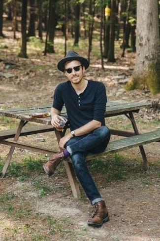 Herren Outfits & Modetrends 2020: Kombinieren Sie ein dunkelblaues Langarmshirt mit einer Knopfleiste mit dunkelblauen Jeans für ein Alltagsoutfit, das Charakter und Persönlichkeit ausstrahlt. Fühlen Sie sich ideenreich? Komplettieren Sie Ihr Outfit mit einer braunen Lederfreizeitstiefeln.