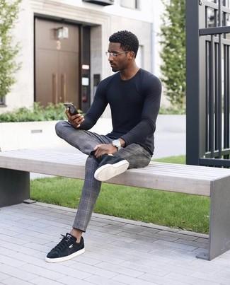 Wie kombinieren: schwarzes Langarmshirt, graue Anzughose mit Schottenmuster, schwarze Wildleder niedrige Sneakers, silberne Uhr