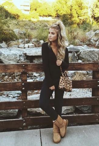 Wie kombinieren: schwarzes Langarmshirt, schwarze enge Hose, beige Ugg Stiefel, beige Leder Umhängetasche mit Leopardenmuster
