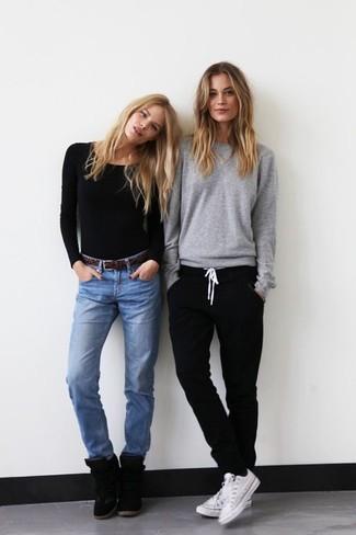 Wie kombinieren: schwarzes Langarmshirt, hellblaue Jeans, schwarze Wildleder Keil Turnschuhe, dunkelbrauner Ledergürtel