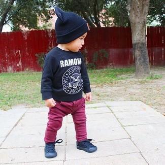 Wie kombinieren: schwarzes bedrucktes Langarmshirt, lila Jeans, schwarze Turnschuhe, schwarze Mütze