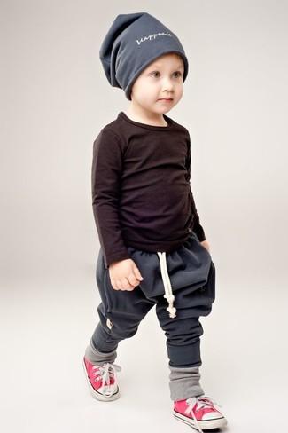 Wie kombinieren: schwarzes Langarmshirt, dunkelgraue Jogginghose, rote Turnschuhe, graue Mütze