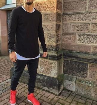 Wie kombinieren: schwarzes Langarmshirt, weißes T-Shirt mit einem Rundhalsausschnitt, schwarze Jogginghose, rote Sportschuhe