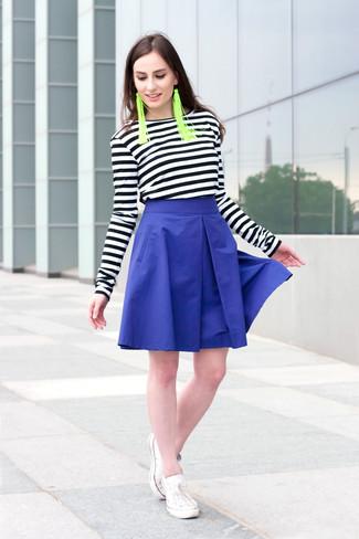 Wie kombinieren: schwarzes und weißes horizontal gestreiftes Langarmshirt, blauer ausgestellter Rock, weiße niedrige Sneakers, grüne Ohrringe