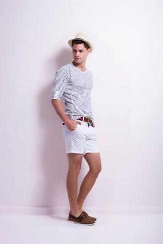weißes und dunkelblaues Langarmshirt, weiße Shorts, dunkelbraune Leder Bootsschuhe, hellbeige Strohhut für Herren