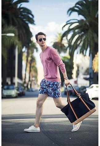 Wie kombinieren: rosa Langarmshirt, blaue bedruckte Shorts, weiße niedrige Sneakers, dunkelblaue Shopper Tasche aus Segeltuch
