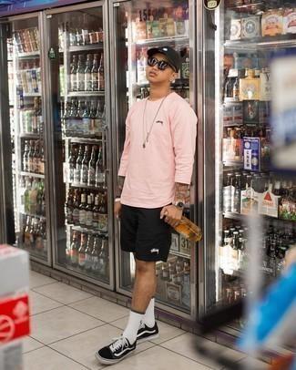 Schwarze Baseballkappe kombinieren – 500+ Herren Outfits: Entscheiden Sie sich für Komfort in einem rosa Langarmshirt und einer schwarzen Baseballkappe. Setzen Sie bei den Schuhen auf die klassische Variante mit schwarzen und weißen Segeltuch niedrigen Sneakers.