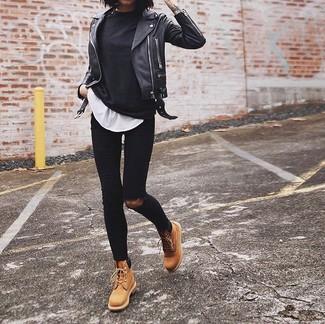 Schwarze enge Jeans mit Destroyed-Effekten kombinieren: Probieren Sie die Kombi aus einem schwarzen Langarmshirt und schwarzen engen Jeans mit Destroyed-Effekten für einen großartigen Wochenend-Look. Ergänzen Sie Ihr Look mit beige flache Stiefel mit einer Schnürung aus Leder.