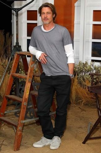 Brad Pitt trägt weißes Langarmshirt, graues T-Shirt mit einem Rundhalsausschnitt, schwarze Jeans, graue Wildleder niedrige Sneakers