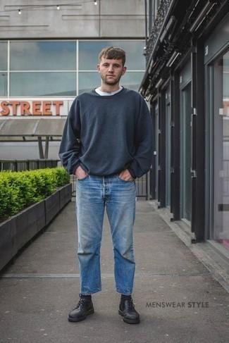 Herren Outfits 2020: Erwägen Sie das Tragen von einem weißen T-Shirt mit einem Rundhalsausschnitt und hellblauen Jeans für ein großartiges Wochenend-Outfit. Fühlen Sie sich mutig? Vervollständigen Sie Ihr Outfit mit schwarzen Leder Derby Schuhen.