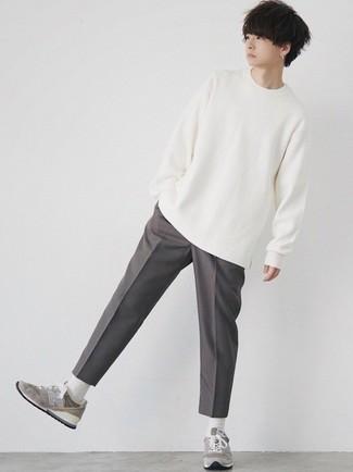 Dunkelgraue Chinohose kombinieren – 500+ Sommer Herren Outfits: Kombinieren Sie ein weißes Langarmshirt mit einer dunkelgrauen Chinohose für ein sonntägliches Mittagessen mit Freunden. Suchen Sie nach leichtem Schuhwerk? Entscheiden Sie sich für grauen Sportschuhe für den Tag. Ein perfekter Look für den Sommer, oder?