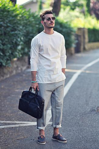 Wie kombinieren: weißes Langarmshirt, graue Chinohose, dunkelblaue Ledersandalen, dunkelblaue Leder Aktentasche
