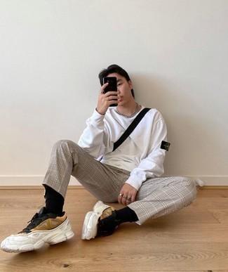 Lässige Outfits Herren 2020: Kombinieren Sie ein weißes Langarmshirt mit einer grauen Chinohose mit Schottenmuster für ein Alltagsoutfit, das Charakter und Persönlichkeit ausstrahlt. Machen Sie diese Aufmachung leger mit mehrfarbigen Sportschuhen.