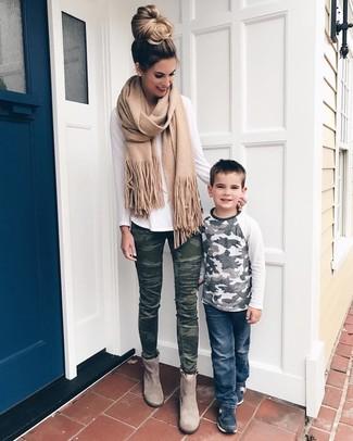 Dunkelgrüne enge Jeans kombinieren: Wenn Sie einen lockeren Look erreichen möchten, probieren Sie diese Kombination aus einem weißen Langarmshirt und dunkelgrünen engen Jeans. Vervollständigen Sie Ihr Look mit grauen Wildleder Stiefeletten.