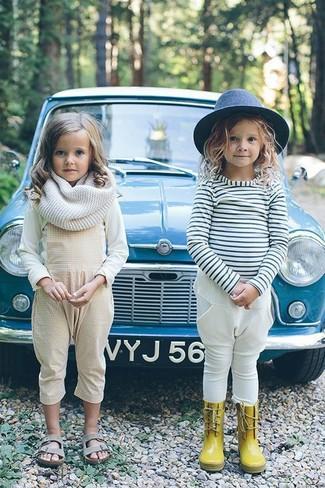 Wie kombinieren: weißes Langarmshirt, hellbeige Latzhose, graue Sandalen, weißer Schal