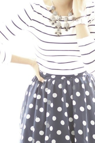 Wie kombinieren: weißes und dunkelblaues horizontal gestreiftes Langarmshirt, dunkelblauer und weißer gepunkteter ausgestellter Rock aus Chiffon, graue Halskette, silberne Uhr