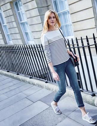 e8d99464d116 Wie kombinieren  weißes und dunkelblaues horizontal gestreiftes  Langarmshirt, blaue enge Jeans, graue niedrige