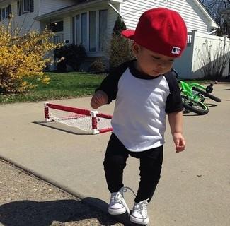 Wie kombinieren: weißes und schwarzes Langarmshirt, schwarze Jogginghose, weiße Turnschuhe, rote Baseballkappe