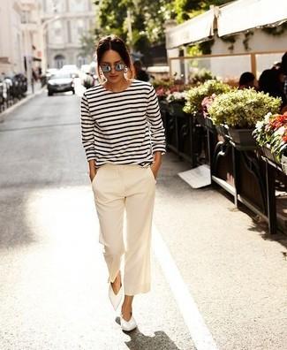 Wie kombinieren: weißes und schwarzes horizontal gestreiftes Langarmshirt, weiße weite Hose, weiße Leder Ballerinas, graue Sonnenbrille