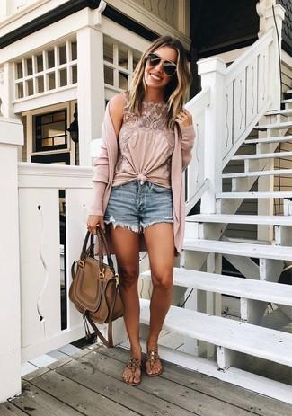Wie kombinieren: rosa lange Strickjacke, rosa ärmelloses Oberteil aus Spitze, blaue Jeansshorts, braune Leder Zehentrenner