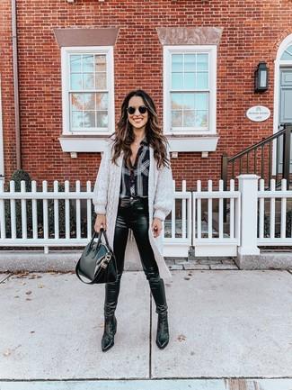 Wie kombinieren: grauer lange Strickjacke, schwarzes und weißes Businesshemd mit Schottenmuster, schwarze Leder enge Jeans, schwarze Chelsea-Stiefel aus Leder