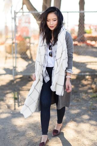 Wie kombinieren: grauer lange Strickjacke, graues Businesshemd mit Schottenmuster, weißes T-Shirt mit einem Rundhalsausschnitt, dunkelblaue enge Jeans