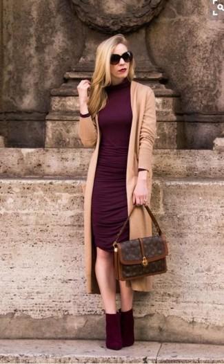 Wie kombinieren: beige lange Strickjacke, dunkelrotes figurbetontes Kleid, dunkelrote Wildleder Stiefeletten, dunkelbraune bedruckte Satchel-Tasche aus Leder