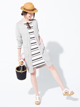 Weißes und schwarzes horizontal gestreiftes Kleid