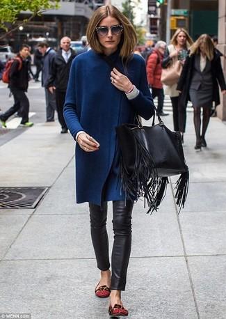 Wie kombinieren: dunkelblauer lange Strickjacke, weißes Langarmshirt, schwarze enge Hose aus Leder, rote Leder Ballerinas
