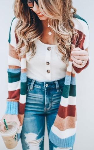 Wie kombinieren: mehrfarbiger horizontal gestreifter lange Strickjacke, weißes T-Shirt mit einem Rundhalsausschnitt, blaue enge Jeans mit Destroyed-Effekten, schwarze Sonnenbrille