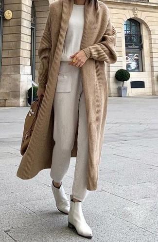 Beige lange Strickjacke kombinieren – 10 Damen Outfits: Ein beige lange Strickjacke und eine hellbeige Jogginghose sind absolut Freizeit-Basics und können mit einer Vielzahl von Kleidungsstücken kombiniert werden. Weiße Chelsea Boots aus Leder bringen Eleganz zu einem ansonsten schlichten Look.