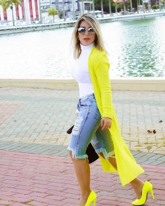 Wie kombinieren: gelbgrüner lange Strickjacke, weißer Rollkragenpullover, hellblaue Bermuda-Shorts aus Jeans mit Destroyed-Effekten, gelbgrüne Leder Pumps
