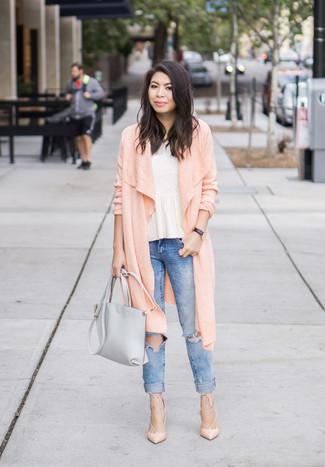 Wie kombinieren: rosa lange Strickjacke, weißes Schößchen-Top, blaue enge Jeans mit Destroyed-Effekten, hellbeige Leder Pumps