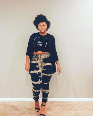 Wie kombinieren: schwarzer lange Strickjacke, schwarzes und weißes bedrucktes T-Shirt mit einem Rundhalsausschnitt, schwarze Mit Batikmuster enge Jeans, schwarze Leder Sandaletten