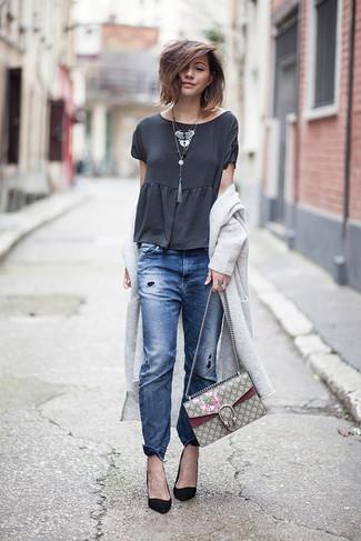 Wie kombinieren: grauer lange Strickjacke, dunkelgraues T-Shirt mit einem Rundhalsausschnitt, blaue Boyfriend Jeans mit Destroyed-Effekten, schwarze Wildleder Pumps