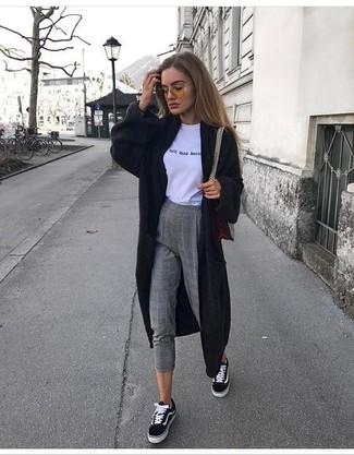 Wie kombinieren: schwarzer lange Strickjacke, weißes und schwarzes bedrucktes T-Shirt mit einem Rundhalsausschnitt, graue Wollenge hose mit Karomuster, schwarze und weiße Segeltuch niedrige Sneakers