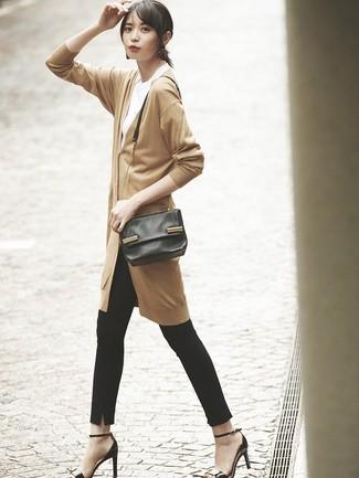 Wie kombinieren: beige lange Strickjacke, weißes T-Shirt mit einem Rundhalsausschnitt, schwarze enge Hose, schwarze Leder Sandaletten