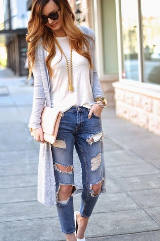 Wie kombinieren: grauer lange Strickjacke, weißes T-Shirt mit einem Rundhalsausschnitt, blaue enge Jeans mit Destroyed-Effekten, weiße Leder Pumps